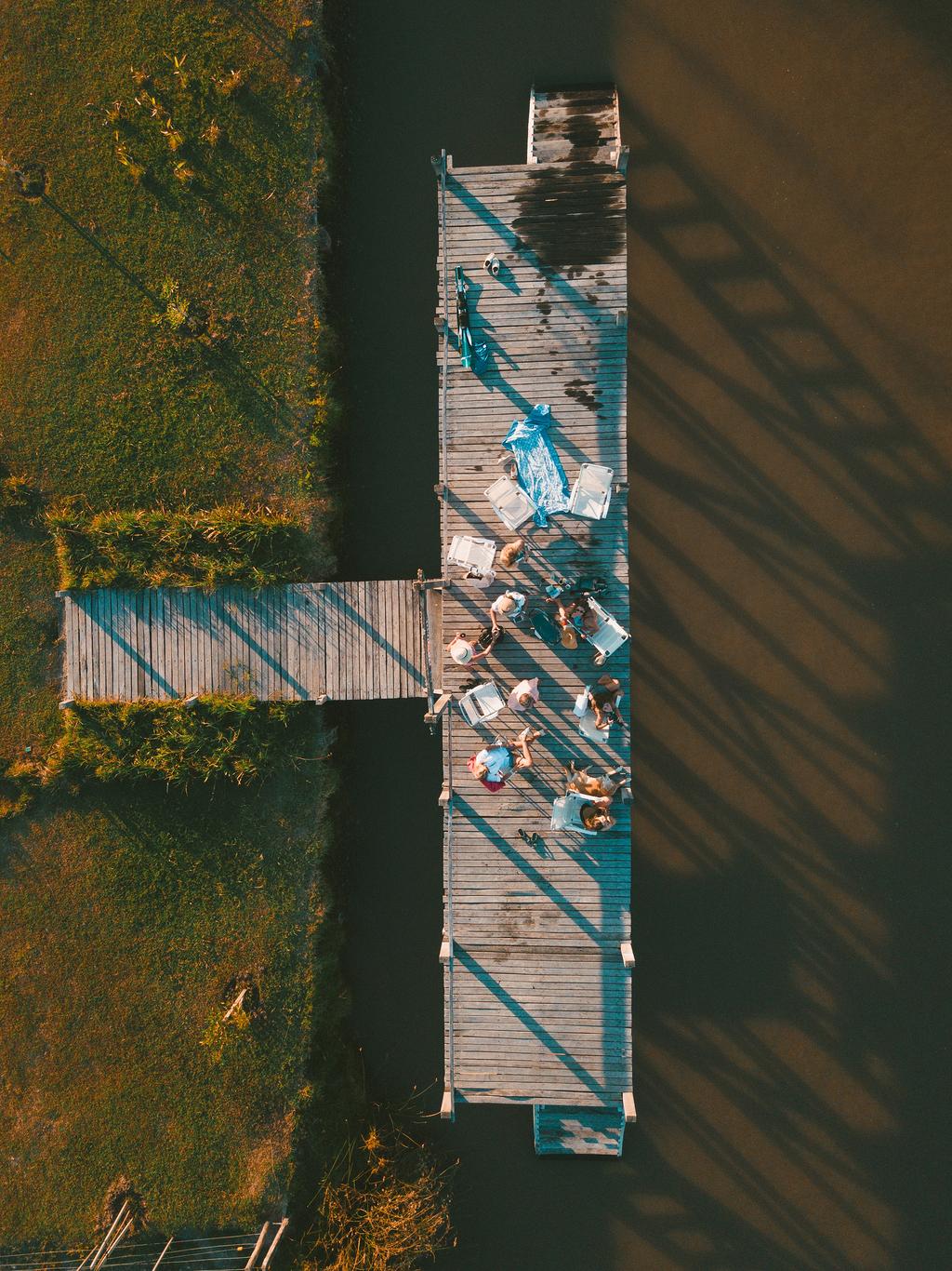 聚集在码头上的一群人的鸟瞰摄影