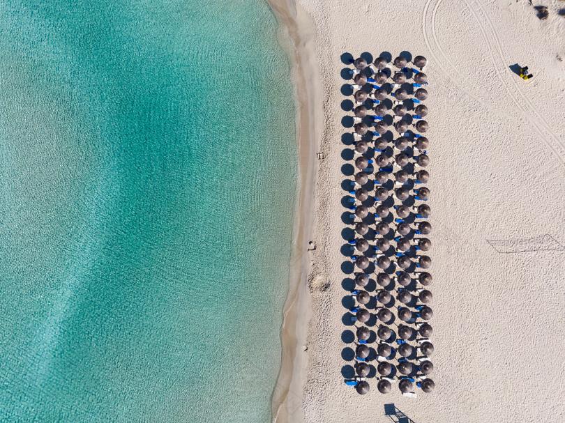 带伞的海滩鸟瞰图