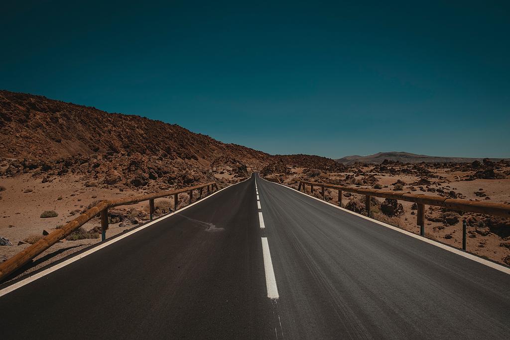 公路、车道、山路、高速公路、开阔道路、穿越沙漠、管道、白天、旅行、汽车、旅行、风景、心情、冒险、远行,没有文明、街道、岩石、橙色、蓝色。