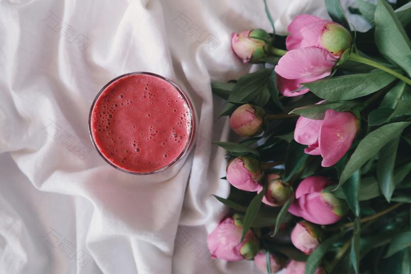 圆形透明玻璃碗,粉红色花朵附近