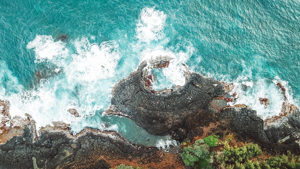 岩石海岸鸟瞰图