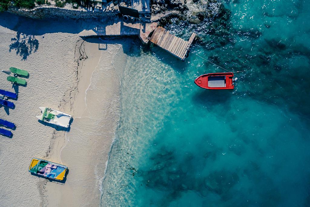 红船在褐木脚板附近的水体上