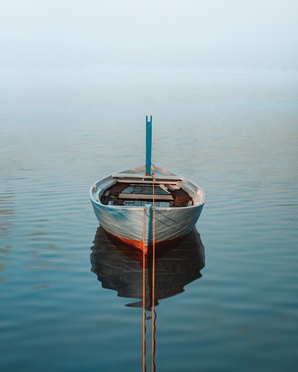 白船被水包围