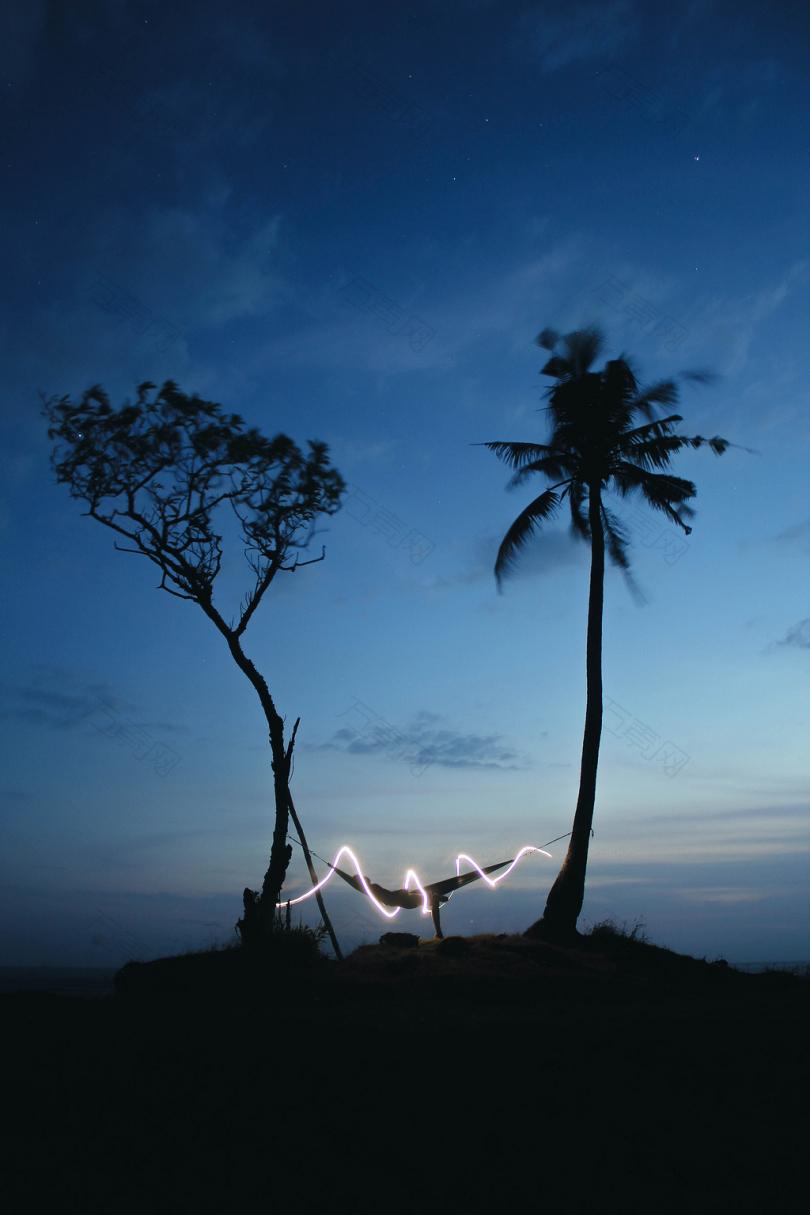树木吊床灯光壁纸夜晚长曝光轮廓极小小径旋转霓虹灯对比海报湖泊计时快乐有福日落放松海滩