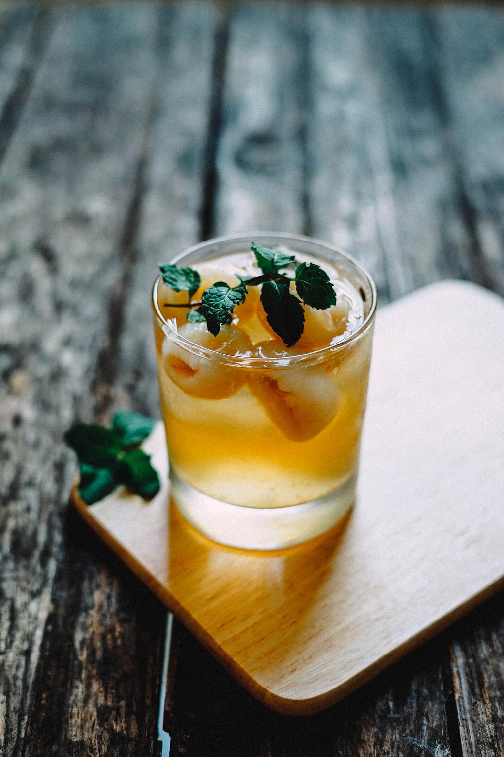在棕色的杯垫上用透明的玻璃玻璃顶部覆盖绿色叶子