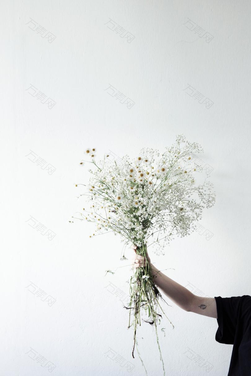 手持鲜花的人
