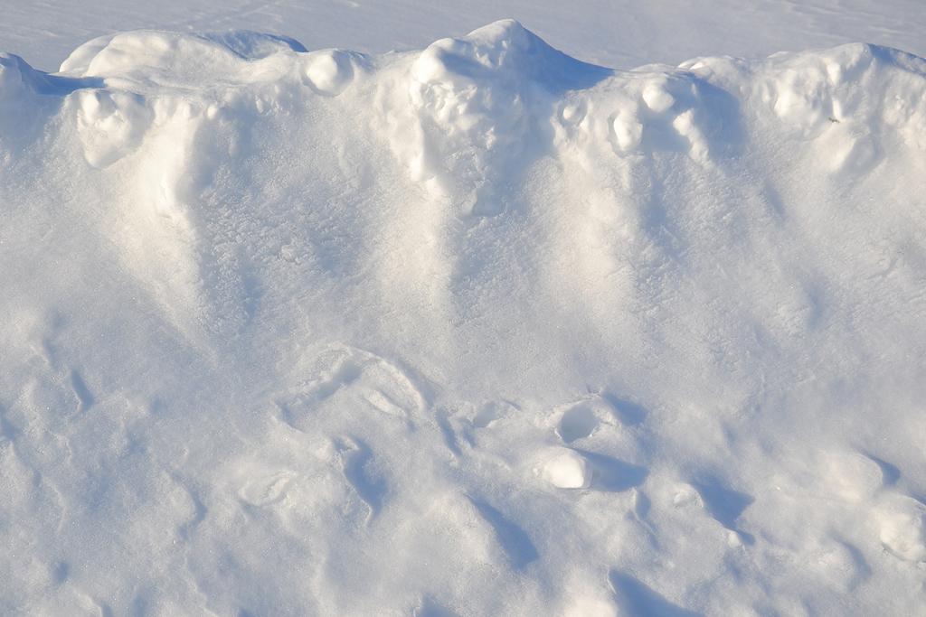 冬季 字段 雪 路边的 雪堆 表面 浮雕 雪花 储备金 仙女 纯洁的白雪 白 阴影