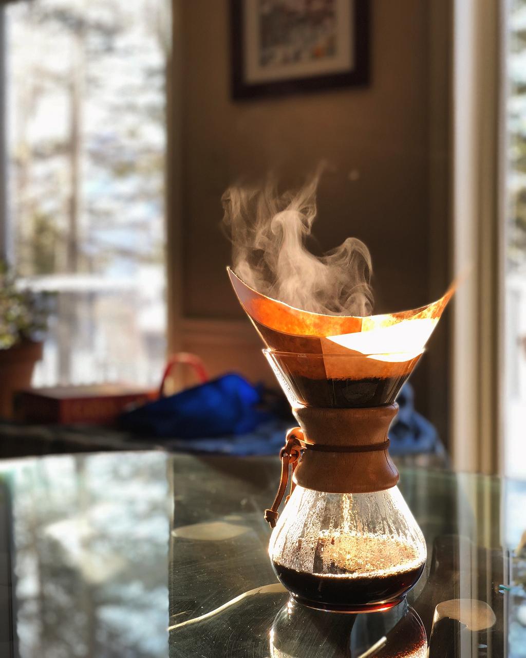 把咖啡壶倒在玻璃桌上