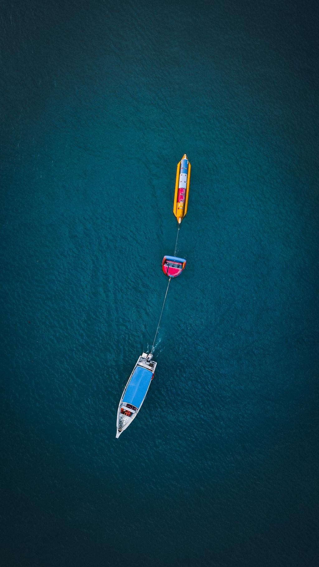 水体上的白色和黄色的小船