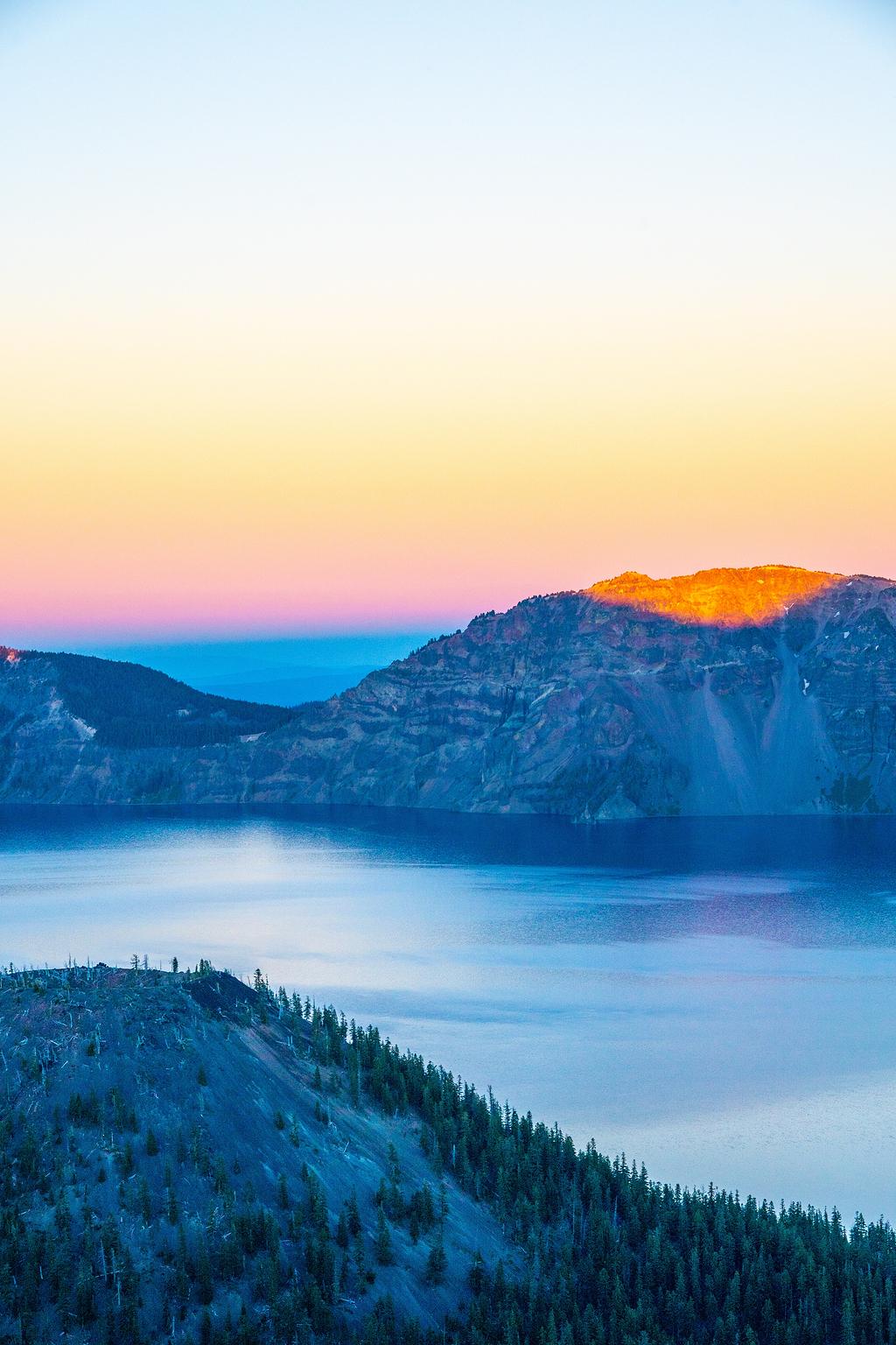 白天被湖边围着的褐石山
