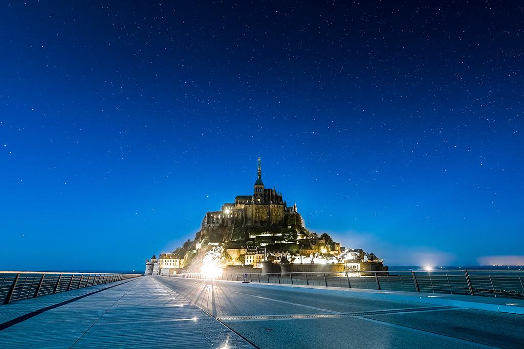 星星,夜空,城堡,岛屿,圣米歇尔山,教堂,夜晚,古建筑,法国,蓝色小时,夜间,星空,太空,星系,海岸,桥梁,路边,道路,蓝色