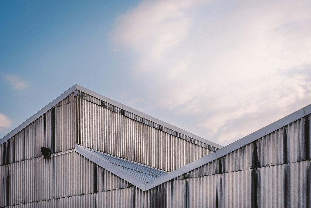 白天白灰金属建筑