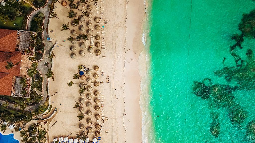 白色沙滩鸟瞰图