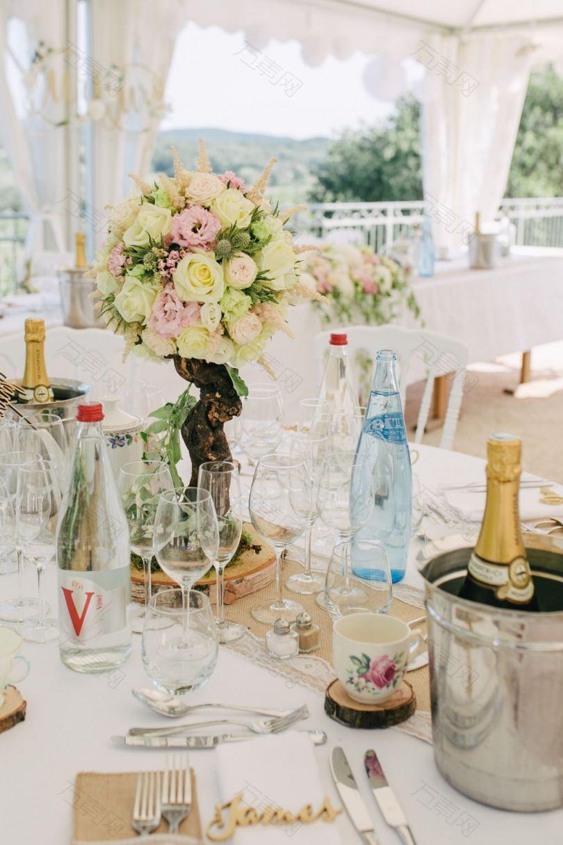 酒杯酒瓶和桌上的花束