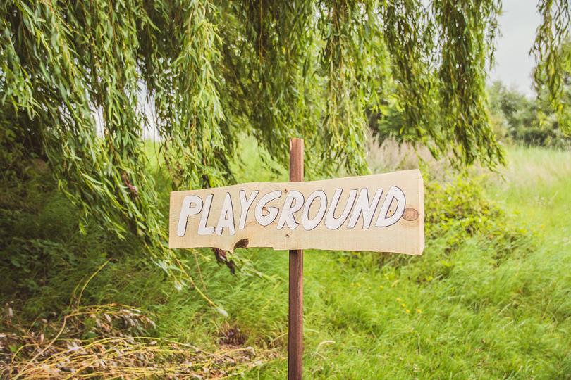 绿叶树旁的游乐场标志
