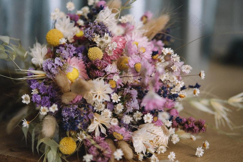 白色紫色和粉红色花瓣的花束