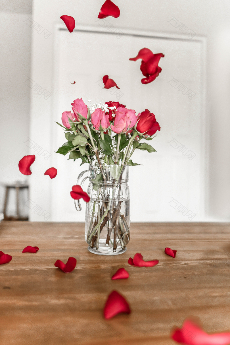 透明玻璃花瓶上的粉红玫瑰