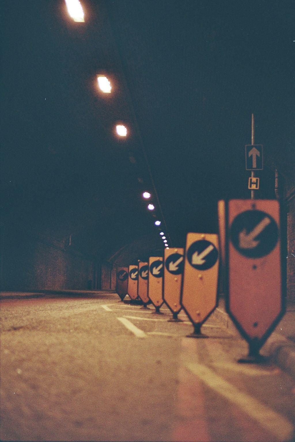 直接,标志,隧道,地下通道,箭头,道路,道路标志,绕道,夜间,驱动器,方向,柯达,35mm,电影,交通,通道,灯光,桥梁,深蓝色