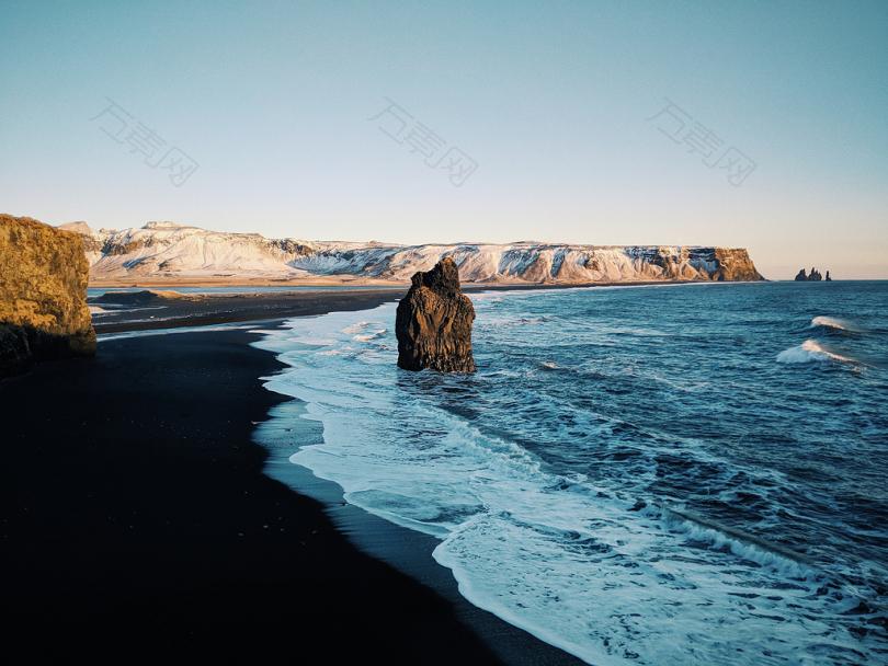 白天蓝天下的平静海滩