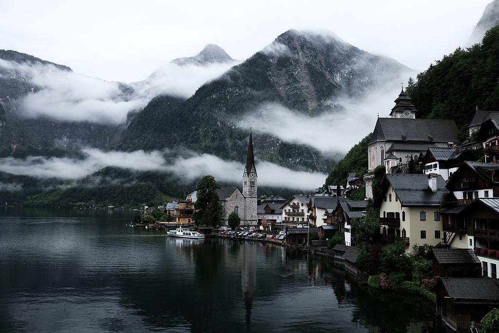 被雾气包围的湖边村庄
